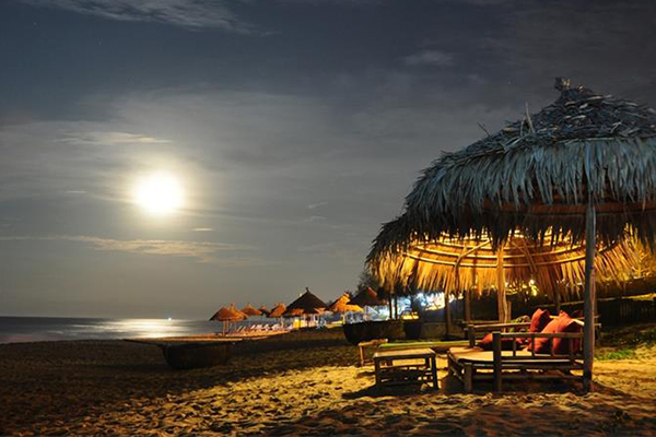 Những bãi biển yên bình khi thành phố về đêm